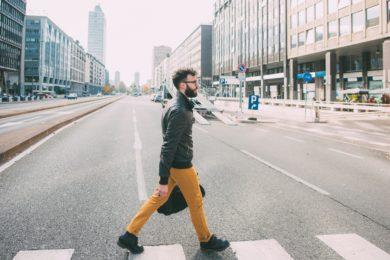 歩く男の人